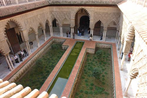 Patio de las Doncellas del Alcázar de Sevilla, después de la recuperación de su jardín medieval en el año 2005