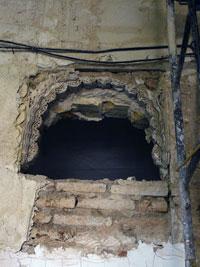 Arco angrelado de yesería en la galería meridional del claustro de Santa Clara antes de la intervención arqueológica y restauradora