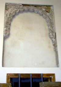 Arco angrelado de yesería en la galería meridional del claustro de Santa Clara después de la intervención arqueológica y restauradora