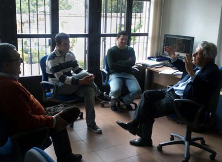 El prof. Rafael Manzano impartiendo una lección informal durante una visita al LAAC