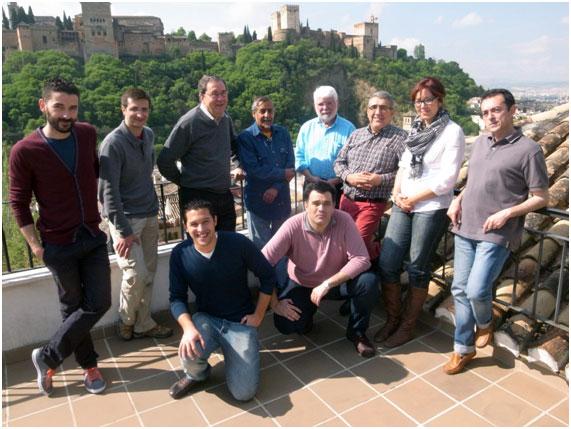 El prof. Jonathan Bloom, en el centro de la imagen, con camisa azul claro, acompañado de miembros del LAAC, durante su visita a nuestras instalaciones el día 23 de abril de 2013.