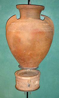 Inšibr con asas de aletas y reposadero nazaríes. Museo de la Alhambra, s. XIV-XV. Foto: C. Vílchez, 2012.