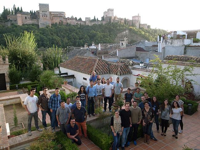 Alumnos de la asignatura Arqueología en la Rehabilitación en el LAAC con miembros del Laboratorio